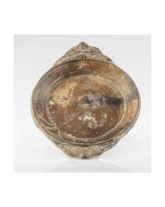 Römischer Teller mit reich verzierten Griffen